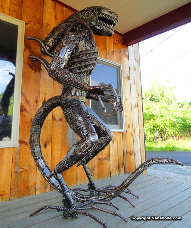 metal-sculpture-alien