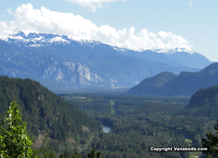 picture of mountains in squamish canada